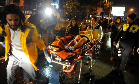 On déplore au moins 40 blessés, qui ont été évacués par ambulance. (PHOTO REUTERS)