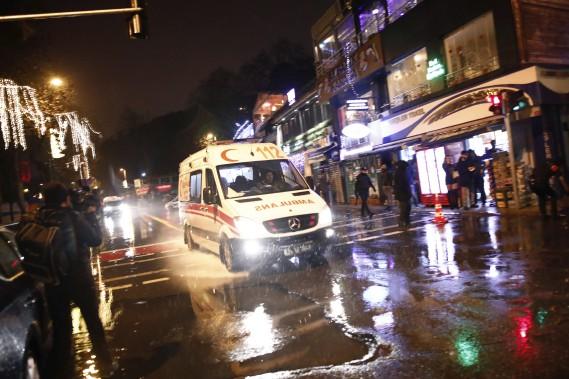 Plusieurs blessés ont été rapidement emmenés aux urgences tandis que de nombreuses ambulances et véhicules de police étaient dépêchés sur place. (PHOTO AP)