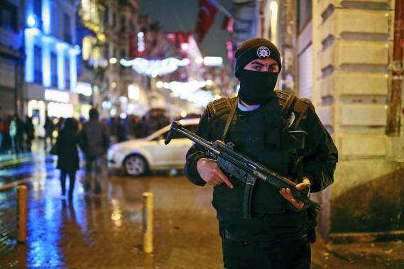 Les autorités policières avaient annoncé avoir déployé 17 000 policiers dans Istanbul, afin d'encadrer les festivités du Nouvel An. (PHOTO AP)