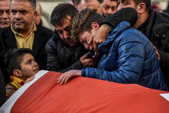 Des proches de la victime Ayhan Arik pleurent sa mort. (AFP, Ozan Kose)