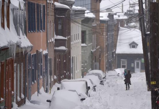Plus facile de marcher dans la rue que sur les trottoirs dans les rues étroites du centre-ville. (Le Soleil, Yan Doublet)