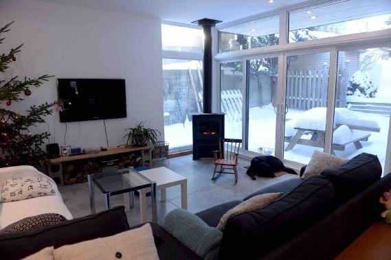 Les fenêtres qui montent jusqu'au plafond et le plancher de béton radiant donnent au salon son caractère contemporain. (Le Soleil, Erick Labbé)