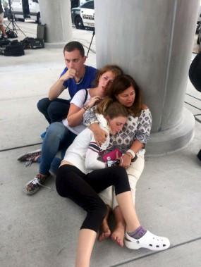 La fusillade de l'aéroport de Fort Lauderdale a semé la panique parmi les voyageurs. Certains ont évacué vers le tarmac, d'autres se sont cachés comme ils ont pu. L'émotion était palpable après les événements. (AP, Julie Brown)