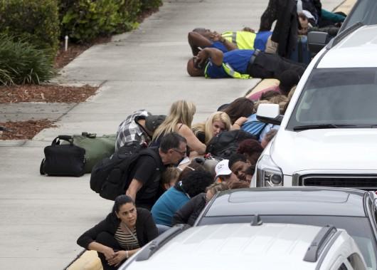 La fusillade de l'aéroport de Fort Lauderdale a semé la panique parmi les voyageurs. Certains ont évacué vers le tarmac, d'autres se sont cachés comme ils ont pu. L'émotion était palpable après les événements. (AP, Wilfredo Lee)