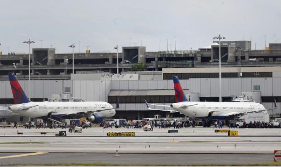 La fusillade de l'aéroport de Fort Lauderdale a semé la panique parmi les voyageurs. Certains ont évacué vers le tarmac, d'autres se sont cachés comme ils ont pu. L'émotion était palpable après les événements. (AP)