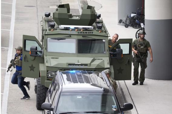 La fusillade de l'aéroport de Fort Lauderdale a semé la panique parmi les voyageurs. Un important déploiement policier a suivi les événements. (AP, Wilfredo Lee)