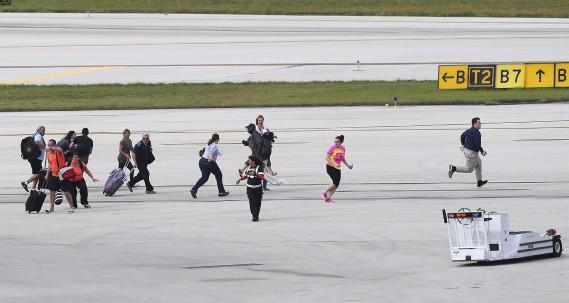 La fusillade de l'aéroport de Fort Lauderdale a semé la panique parmi les voyageurs. Certains ont évacué vers le tarmac, d'autres se sont cachés comme ils ont pu. L'émotion était palpable après les événements. (AP, David Santiago)