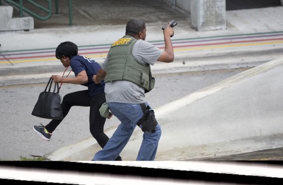 La fusillade de l'aéroport de Fort Lauderdale a semé la panique parmi les voyageurs. Certains ont évacué vers le tarmac, d'autres se sont cachés comme ils ont pu. (AP, Wilfredo Lee)