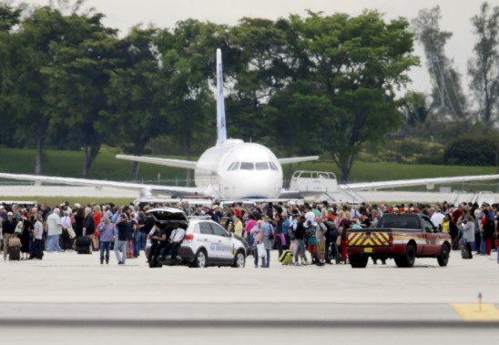 La fusillade de l'aéroport de Fort Lauderdale a semé la panique parmi les voyageurs. Certains ont évacué vers le tarmac, d'autres se sont cachés comme ils ont pu. (AP, Lynne Sladky)