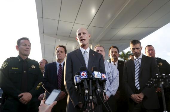 Le gouverneur de la Floride, Rick Scott, s'est rapidement rendu sur les lieux. (AP, Wilfredo Lee)