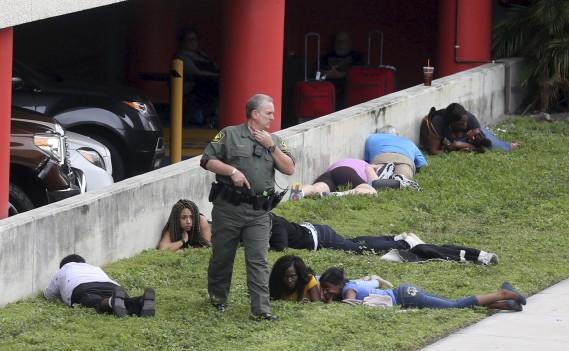 La fusillade de l'aéroport de Fort Lauderdale a semé la panique parmi les voyageurs. Certains ont évacué vers le tarmac, d'autres se sont cachés comme ils ont pu. (AP, Mike Stocker)
