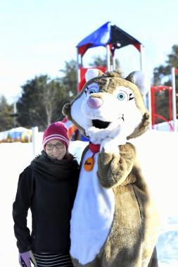 Marie-Eve Potvin, coordonnatrice du parc Mille lieux de la Colline et la mascotte Glaçon sont prêtes à accueillir les visiteurs sur le site. (Photo Le Progrès-Dimanche, Rocket Lavoie)