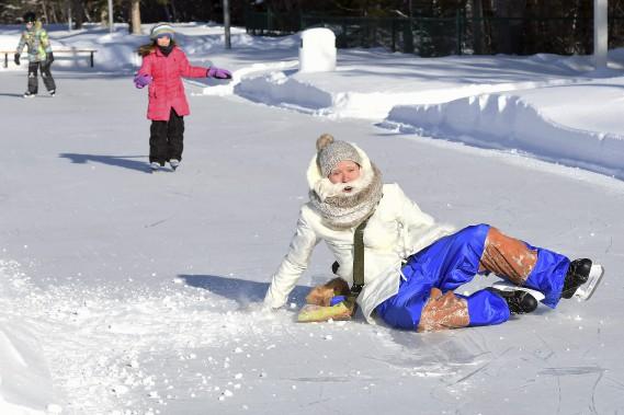 L'explorateur Alaska est de retour sur le site pour un deuxième hiver. Comme le froid ne lui fait pas peur, il n'hésite pas à exécuter quelques pirouettes au risque de se retrouver sur la glace. (Photo Le Progrès-Dimanche, Rocket Lavoie)