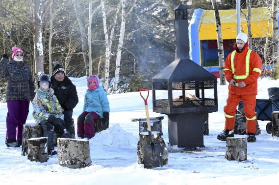 Un espace doté d'un feu permet aux familles de se réchauffer et de déguster quelques guimauves. (Photo Le Progrès-Dimanche, Rocket Lavoie)