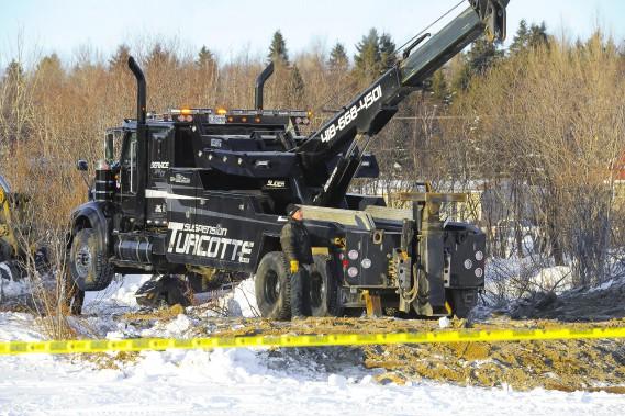 L'entreprise de remorquage Suspension Turcotte a été mandatée par la compagnie propriétaire du tracteur, Lachance asphalte, pour recouvrer le véhicule. (Photo Le Progrès-Dimanche, Gimmy Desbiens)