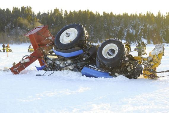 Après avoir passé 27 heures dans l'eau, le tracteur était en bien piteux état. (Photo Le Progrès-Dimanche, Gimmy Desbiens)