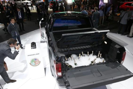 Des bouteilles de champagne ont été chargées dans la benne du Honda Ridgeline, consacré pick-up de l'année. (REUTERS)