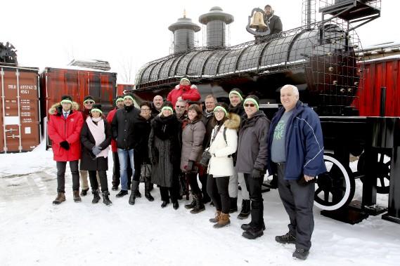 Les partenaires de Mosaï Canada 150 devant une réplique du premier train à avoir parcouru le Canada. (PATRICK WOODBURY, Le Droit)