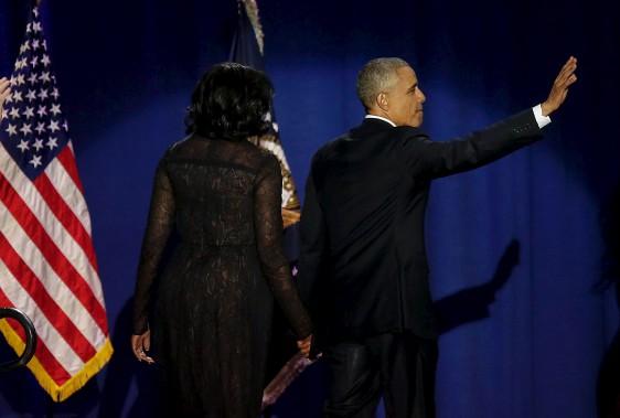 Barack Obama et sa femme Michelle saluent les spectateurs alors qu'ils sortent de la scène. (AFP)