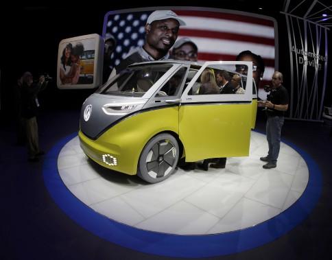 L'image d'un drapeau américain passe de façon quasi subliminale sur les écrans surplombant le stand de Volkswagen. (REUTERS)