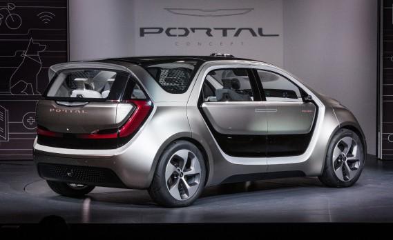 On trouve d'imposants luminaires tout autour du véhicule. Chrysler utilise des bandes à DEL ultraminces. Le toit est composé d'un polycarbonate transparent d'un bout à l'autre du véhicule, ce qui assure une visibilité et une luminosité maximales même dans la dernière rangée de sièges. (FCA)