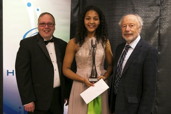 Grâce à ses exploits sous le panier, Aissatou Diop est devenue l'athlète féminine de l'année de niveau québécois en sport collectif. André Beauchesne et Jean Gauthier lui ont remis ce prix. (Olivier Croteau)