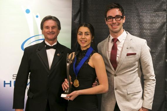 Viviane Tranquille est devenue l'athlète de l'année de niveau canadien en sport individuel pour une deuxième année consécutive. La taekwondoïste a reçu ce prix des mains de René Marcil et de Samuel Ouellette. Ce dernier a aussi remis la bourse du Club de la médaille d'or à l'athlète de Champlain. (Olivier Croteau)