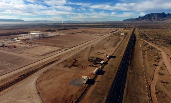 Dans le désert minéral de San Luis Potosi se dressent d'immenses squelettes blancs, comme figés sur fond de montagnes. Ce sont les structures métalliques de l'usine que Ford a cessé de construire. (AFP)