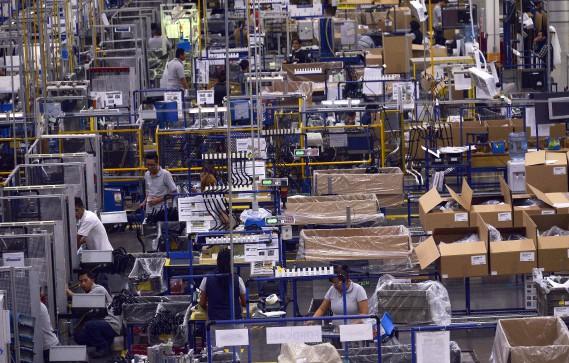 Des travailleurs à l'oeuvre à l'usine de composantes automobiles Bosch, près de San Luis Potosi, au Mexique. Le président désigné Trump a menacé d'imposer une taxe à l'importation de 35 % aux compagnies qui délocalisent la production au Mexique.<br /><br /> (AFP)