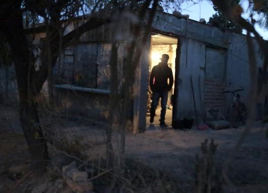 Un homme mis à pied par Ford, aperçu chez lui dans le quartier La Presita, non loin de San Luis Potosi, Mexico. (AFP)