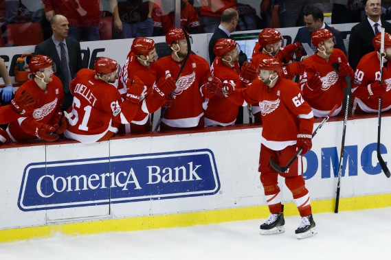 Thomas Vanek (62) reçoit les félicitations de ses coéquipiers au banc après son but. (Photo Rick Osentoski, USA Today Sports)