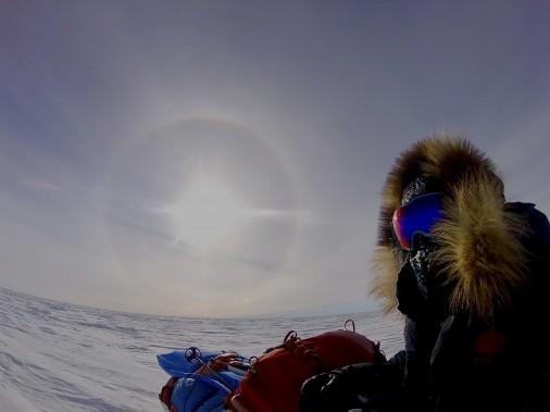 Pour affronter le froid glacial, Sébastien Lapierre devait être constamment couvert en entier à l'extérieur de sa tente. (Sébastien Lapierre - polesud2016.com)