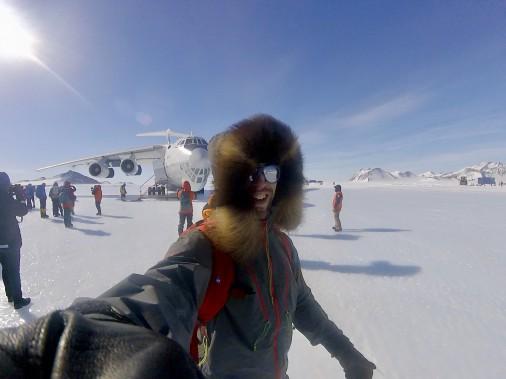 Après un vol de quatre heures et demie dans un gros avion-cargo russe en provenance de Punta Arenas, au Chili, Sébastien Lapierre a finalement débarqué en Antarctique le 27 novembre. Après des mois à planifier, préparer et rêver, il touchait enfin à son but. (Sébastien Lapierre - polesud2016.com)