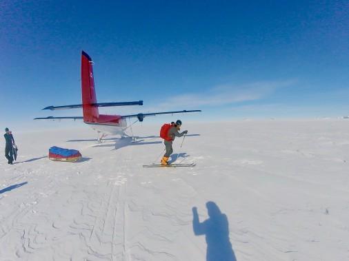 Pour se rendre au point de départ officiel de sa traversée de près de 1200 km, à Hercules Inlet, Sébastien Lapierre a dû faire un vol intérieur en Twin Otter. (Sébastien Lapierre - polesud2016.com)