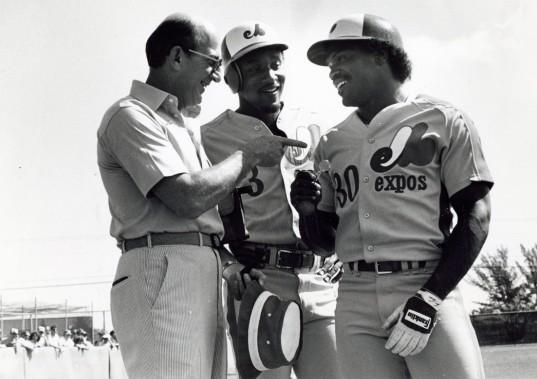 Tim Raines (à droite) discutant avec le fondateur et actionnaire majoritaire des Expos Charles Bronfman et Herm Winningham, au camp d'entraînement de l'équipe en 1985. (Photo Denis Courville, archives La Presse)