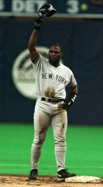 Tim Raines, dans l'uniforme des Yankees de New York, salue la foule du Stade olympique après avoir volé son 800e but, en 1998. (Photo archives PC)