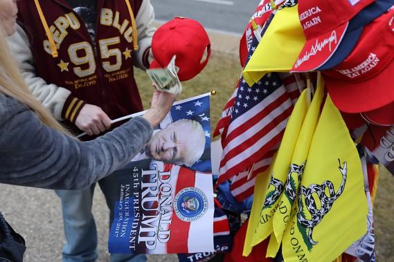 Les vendeurs de souvenirs à l'effigie de Donald Trump faisaient des affaires d'or sur le National Mall. (PHOTO DOMINICK REUTER, AFP)