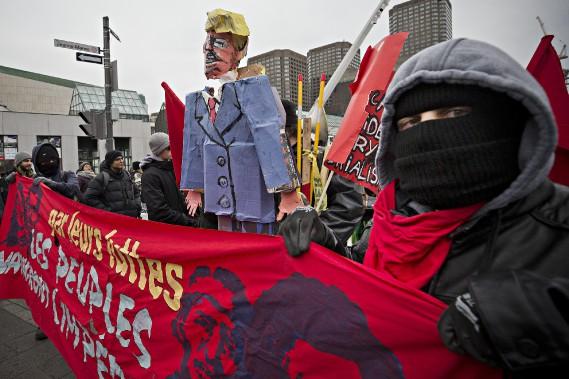 Environ 200manifestants ont marché dans les rues du centre-ville de Montréal pour dénoncer l'arrivée au pouvoir de Donald Trump. (PHOTO PATRICK SANFAÇON, LA PRESSE)