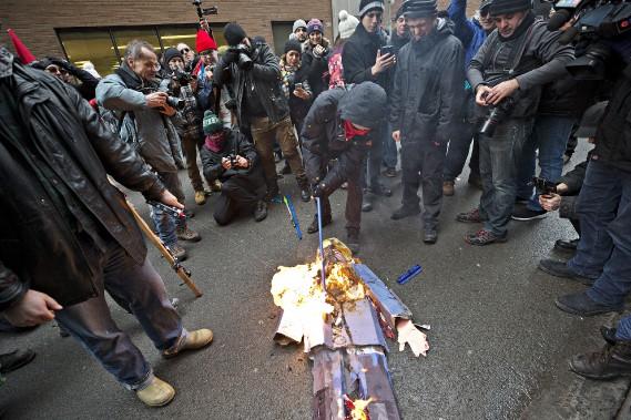 PHOTO PATRICK SANFACON LA PRESSE - MONTREAL - 857767 - Manifestation anti Trump et au centre ville de Montreal organisee par des activistes de gauche. Les manifestants ont brule un drapeau des etats unis et une mascotte de donald trump devant le consulat americain. - 30 - 20/01/2017 - 20 janvier 2017 ACTUALITES (PHOTO PATRICK SANFAÇON, LA PRESSE)