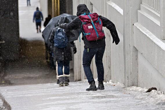 Des piétons pratiquent leur équilibre sur les trottoirs glacés sous un viaduc dans Rosemont. (Patrick Sanfaçon, La Presse)
