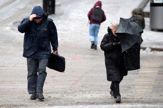La neige mêlée de grésil, avec des rafales pouvant atteindre 60km/h, a commencé vers 6h30 autour de Montréal. (François Roy, La Presse)