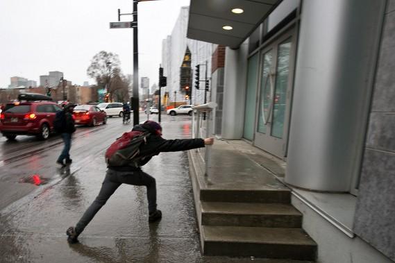 Une personne lutte contre les forces de la gravité sur la rue Ontario. (François Roy, La Presse)