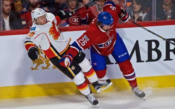 Le défenseur Jeff Petry (à droite) surveille étroitement l'attaquant Kris Versteeg, des Flames. (Photo André Pichette, La Presse)