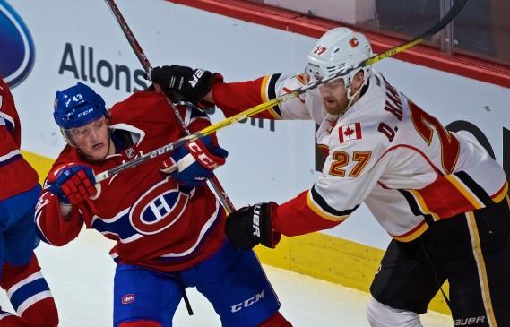 Daniel Carr (à gauche) tente de se défaire du défenseur Dougie Hamilton. (Photo André Pichette, La Presse)