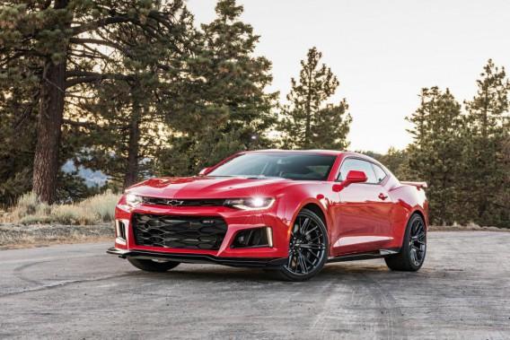 Du côté de GM, c'est la Camaro ZL1 de Chevrolet et une cylindrée suralimentée de 650 chevaux tirée de la Corvette Z06, qui est devenue le premier véhicule sur le marché à hériter d'une boîte à 10 rapports. (Photo : Chevrolet)