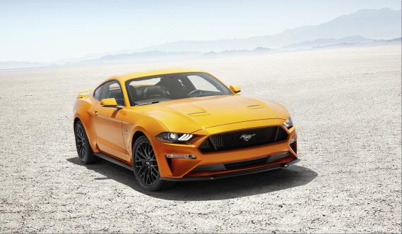 Le virage technologique de la Mustang se poursuivra en 2018. La boîte à 10 rapports sera jumelée à un V6 Ecoboost ou au V8 de 5 litres de la GT. Des amortisseurs à ajustement magnétique amélioreront son comportement. À l'intérieur, un grand affichage ACL de 12 pouces derrière le volant permet de personnaliser les cadrans. La direction, la suspension et même le niveau sonore de l'échappement peuvent aussi être ajustés... ()