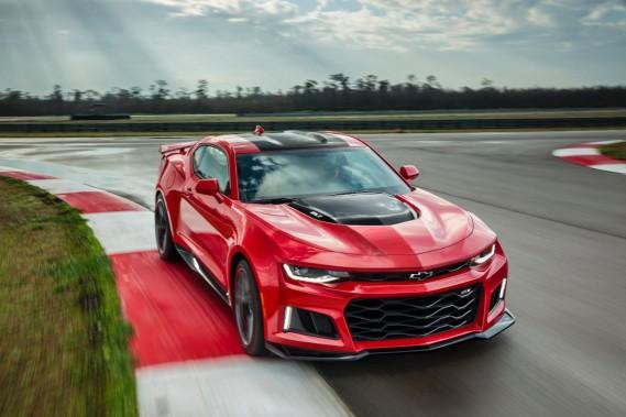 La Camaro ZL1 est une voiture prête pour la piste. À 650 chevaux, on n'en doute pas. Cette puissance provient d'un V8-turbo de 6,2 litres empruntŽé àˆ la Corvette Z06. Ça se traduit par le 0-100 km/h en 3,7 secondes. On peut aussi opter pour une transmission manuelle ˆ6 rapports, mais où est l'audace lˆà-dedans? ()