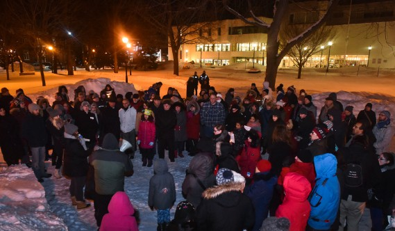Plusieurs dizaines de personnes se sont réunies un peu plus tard au parc Champlain avec le même objectif, soit de se recueillir un instant à la mémoire des disparus. (François Gervais, Le Nouvelliste)
