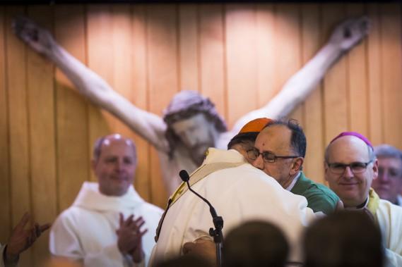 L'archevêque de Québec, Mgr Gérald Cyprien Lacroix, étreintBoufeldja Benabdallah. (PHOTO OLIVIER JEAN, LA PRESSE)