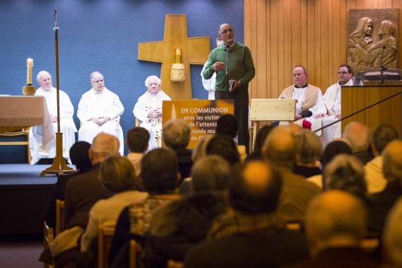 Le cofondateur du Centre culturel islamique Boufeldja Benabdallahs'addresse aux gens présents à la messe à l'église Notre-Dame-de-Foy. (PHOTO OLIVIER JEAN, LA PRESSE)